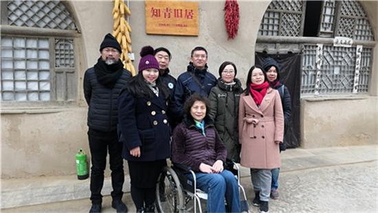 参访团成员在习近平总书记住过的窑洞前_大.jpg