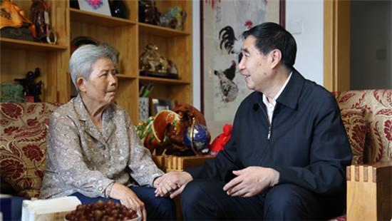 全国台联党组书记黄志贤走访慰问部分离退休同志.jpg