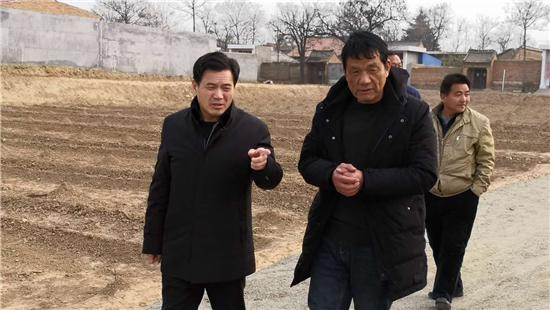 王二虎察看花椒产业园_大.jpg