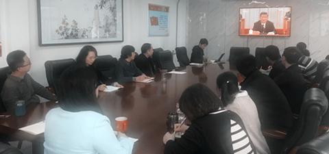 机关干部集体收看大会直播_滚图.jpg